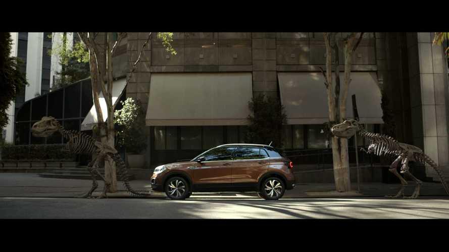 Volkswagen T-Cross chama rivais de dinossauros em propaganda
