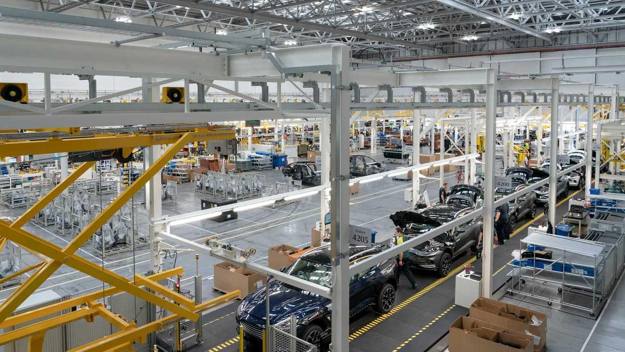 Aston Martin DBX üretimi başladı