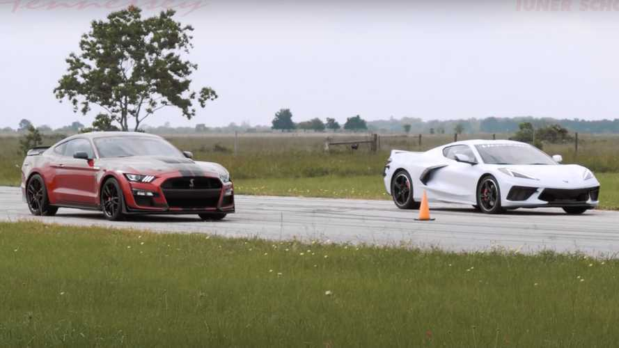 Corvette C8 vs Mustang Shelby GT500, l'incredibile drag race Made in USA