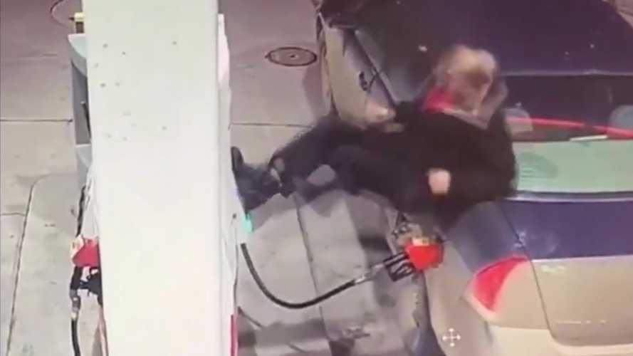 """""""Tankolás"""" közben tört elő az ideg egy kanadai férfiból (videó)"""