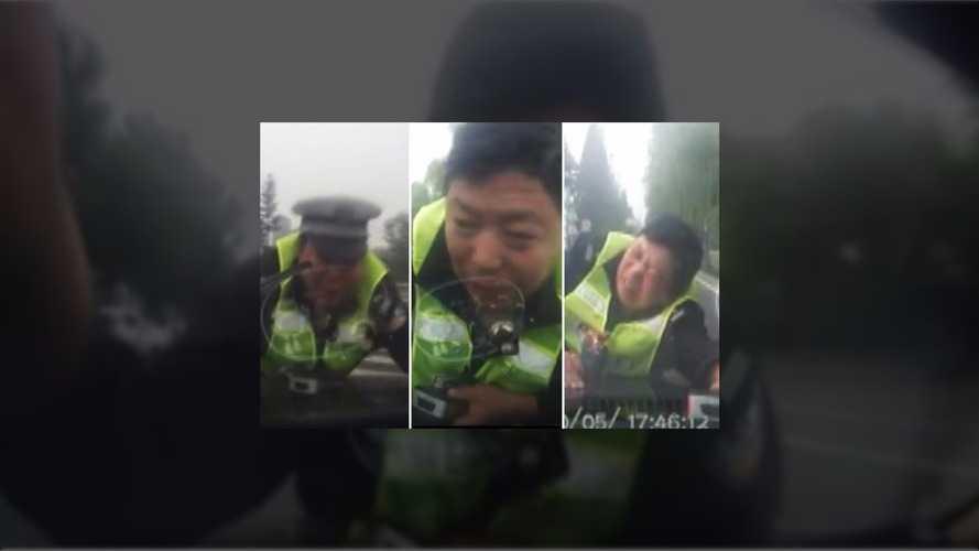 Polis sarhoş sürücünün kaputunda 2 kilometre sürüklendi