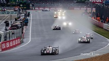 After 50 minutes, the actual start: #2 Porsche Team Porsche 919 Hybrid: Romain Dumas, Neel Jani, Marc Lieb leads the field