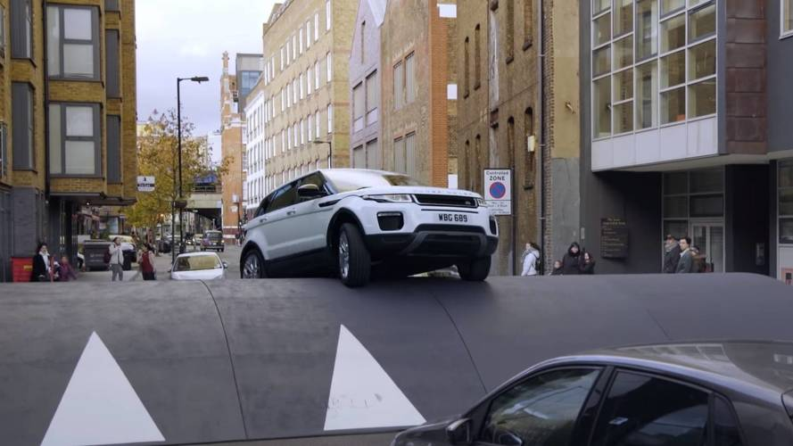 Le Range Rover Evoque n'a pas peur des dos d'âne géants