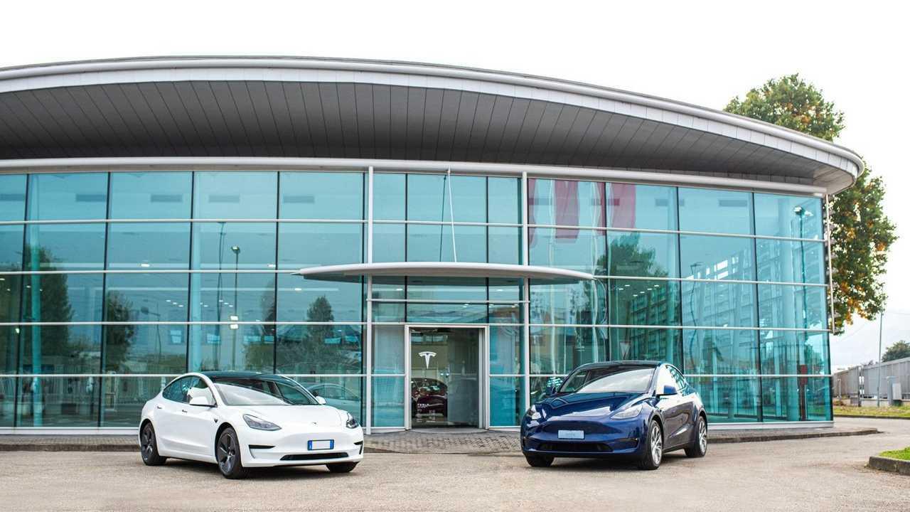 Una Model 3 e una Model Y esposte davanti al nuovo Tesla Store di Torino