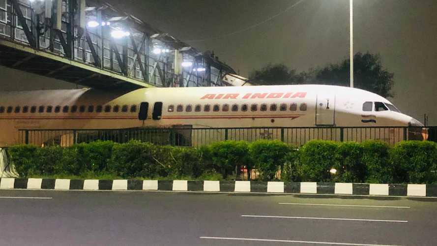 Felrobbantotta az internetet a videó, melyen egy repülőgép beszorul egy híd alá Indiában