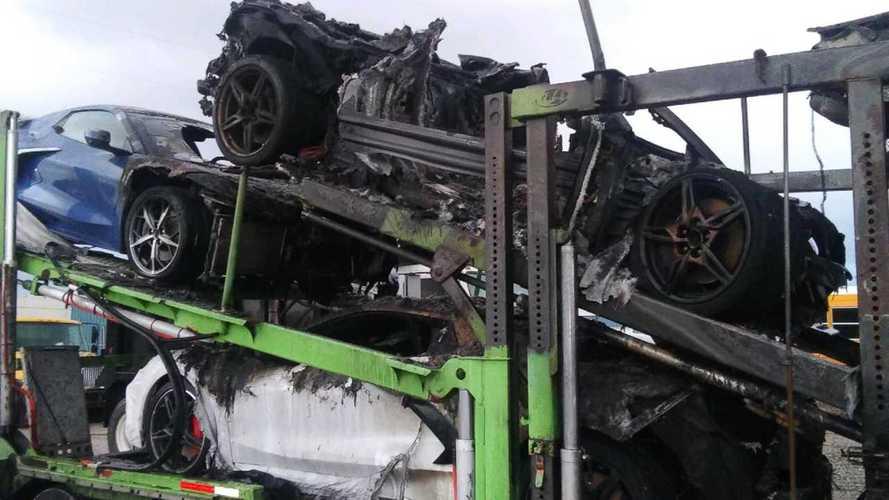 Un camion carico di Corvette prende fuoco: video shock