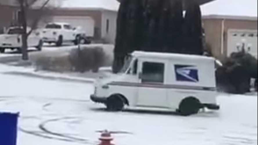 İşe biraz ara verip drift yapan çılgın postacı