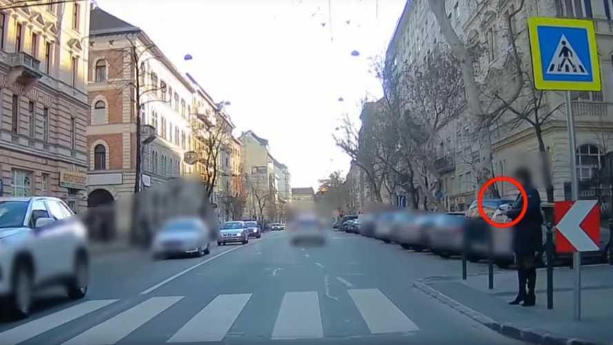 Videó: Többek között az ilyen esetek miatt kezdte el vizsgálni a rendőrség a gyalogosokat is