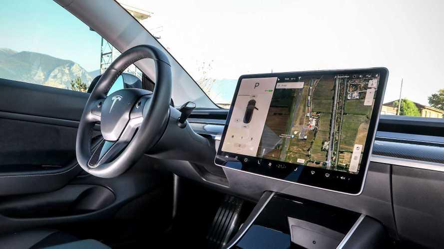 Il caso: patente sospesa per aver usato alla guida lo schermo della Tesla