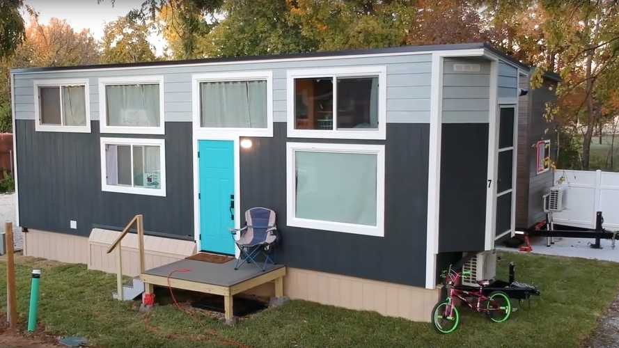 Mom And Daughter Built A House On Wheels, Literally