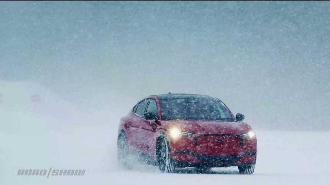 2021 Ford Mustang Mach-E a hóban