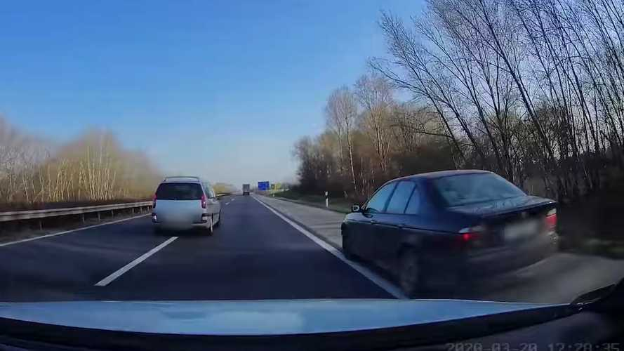 Száguldva, leállósávban előz a BMW, hajszálon múlik a tömegkarambol (videó)