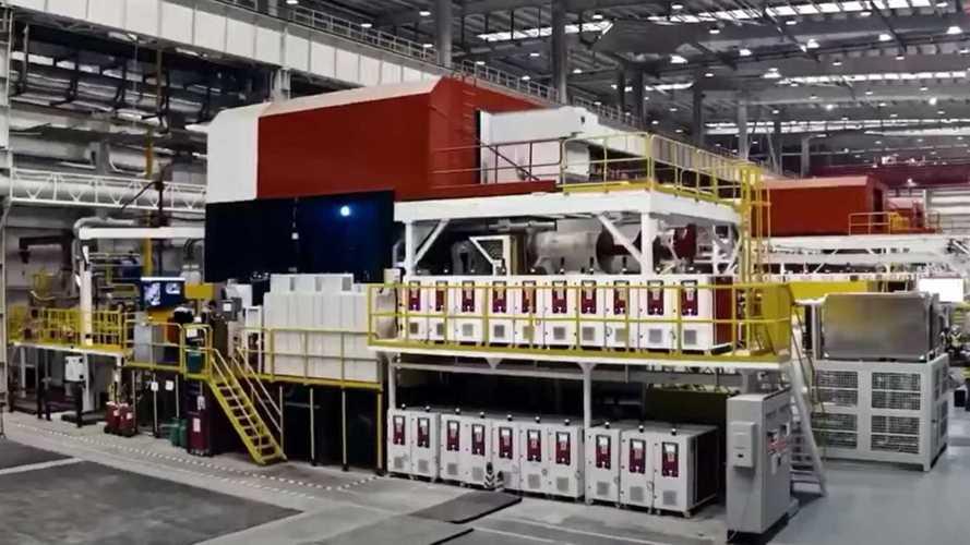 Le Giga Press italiane di Tesla in funzione: ecco il video ufficiale