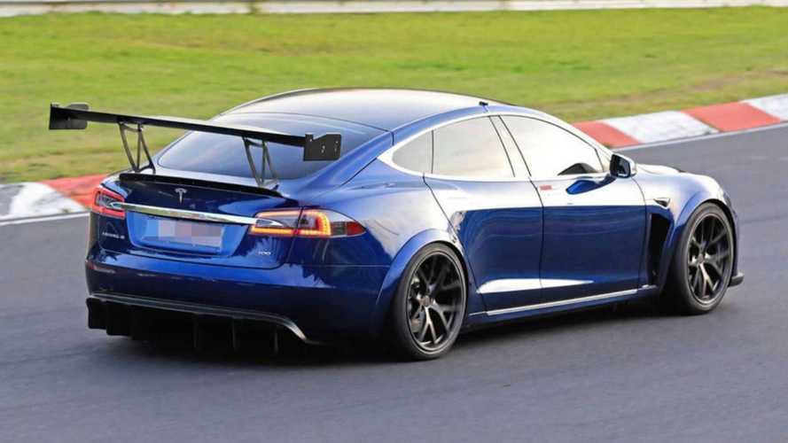 """Tesla Model S, al Nurburgring con un """"super"""" alettone"""