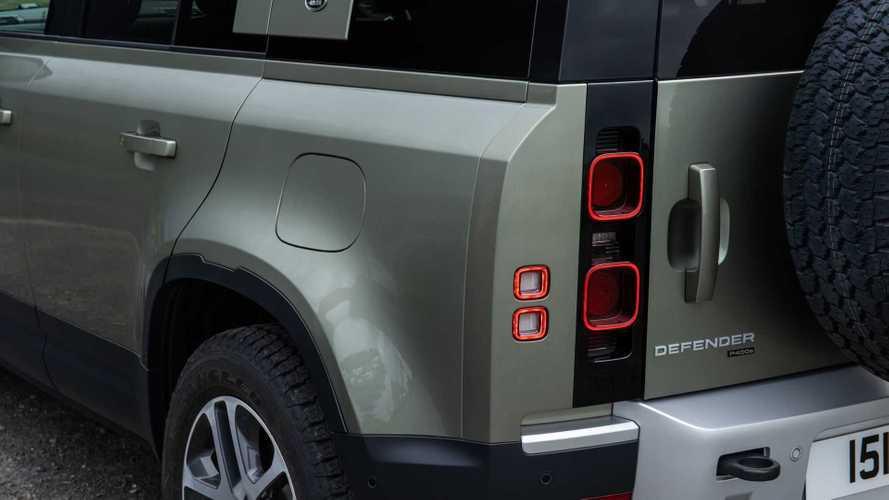 Yeni ve eski Land Rover Defender, off-road savaşında!