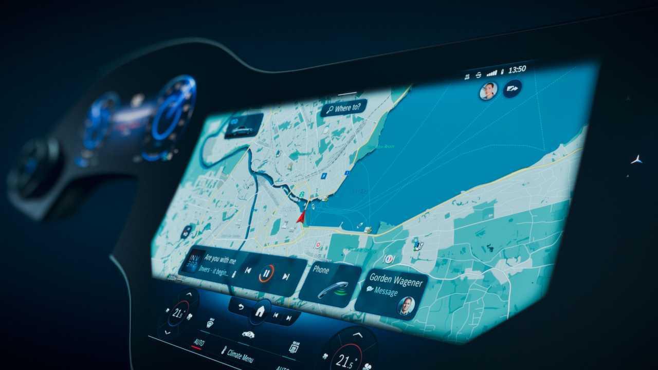Гиперэкранный навигационный дисплей Mercedes-Benz MBUX