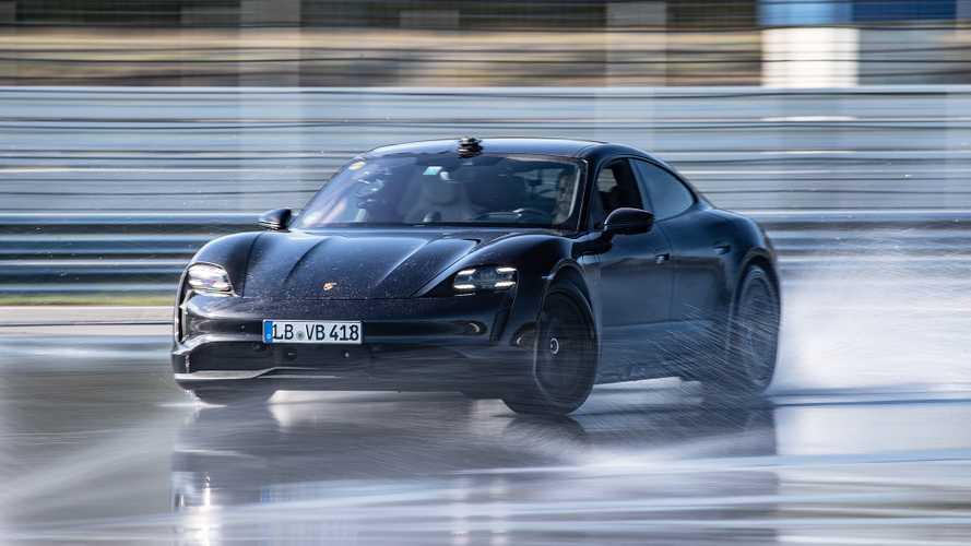 Di traverso per 42 km, record del mondo per la Porsche Taycan