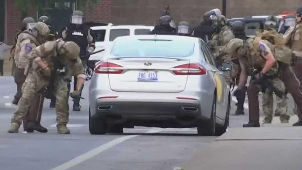 Minneapolisi rendőrök gumikat szúrnak ki