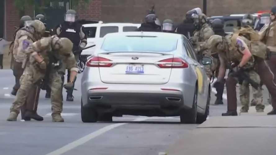 A minneapolisi rendőrség elkezdett autókat rongálni a tüntetések közepette