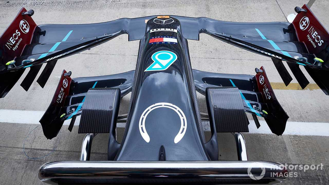 Horseshoe emblem in tribute to Stirling Moss on the Mercedes F1 W11