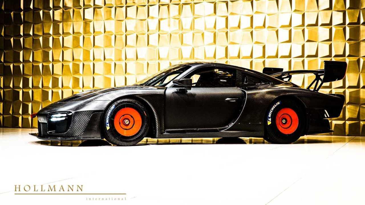 Satılık ve Çıplak Karbon Fiber Gövdeli Bir Modern Porsche 935