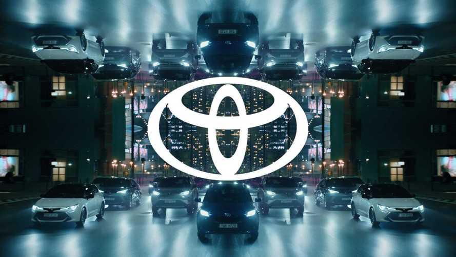 Toyota тоже решила упростить свой логотип