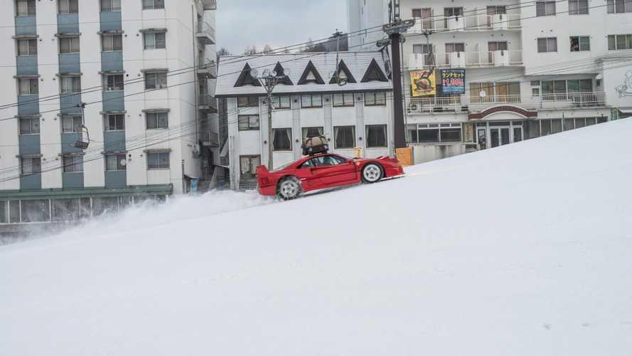 Una Ferrari F40 sulla neve