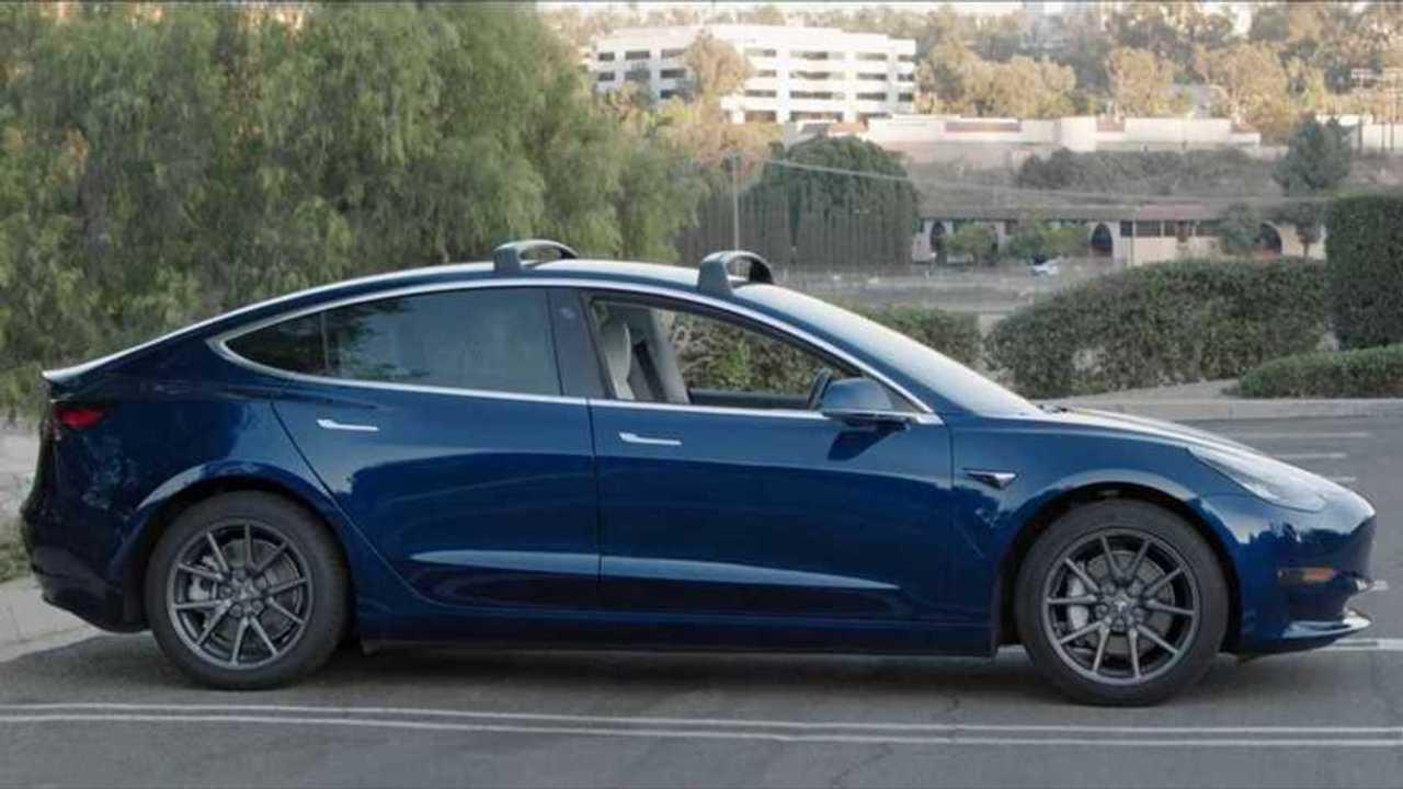Das Tesla Model 3 und den Fiat 500 e gibt es derzeit bei Tchibo im Abo