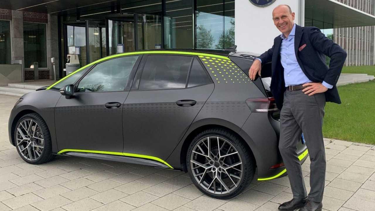 VW-Markenchef Ralf Brandstätter zeigt eine Allradversion des ID.3 auf LinkedIn