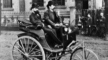 Carl Benz auf der Serienausführung seines Patent-Motorwagens