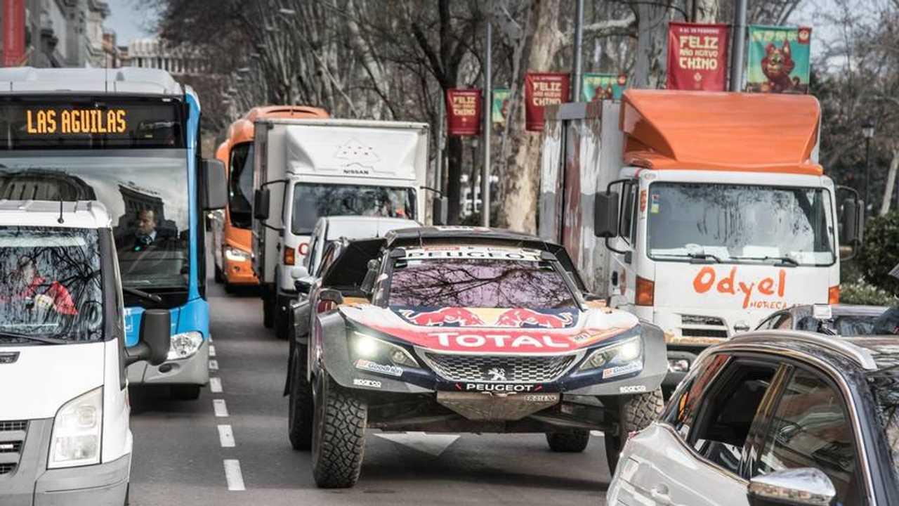 Carlos Sainz, Lucas Cruz, Peugeot Sport en las calles de Madrid