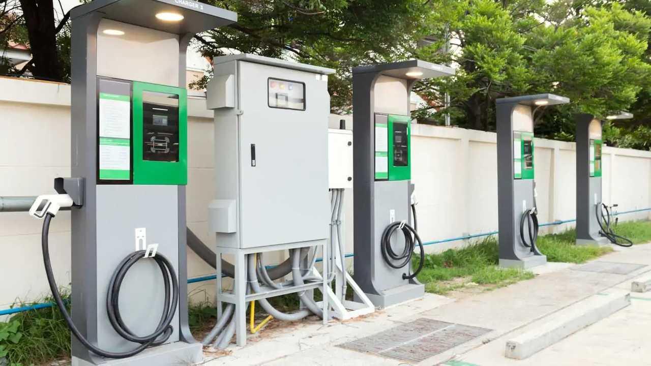 Otoparkta elektrikli araç şarj istasyonu