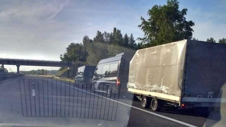 Újabb fantasztikus vontatási megoldást produkált egy román sofőr az M1-esen