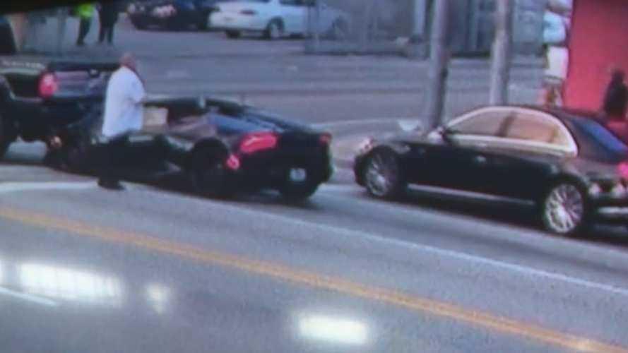 Lamborghini sürücüsü, kazanın ardından aracını bırakıp kaçıyor