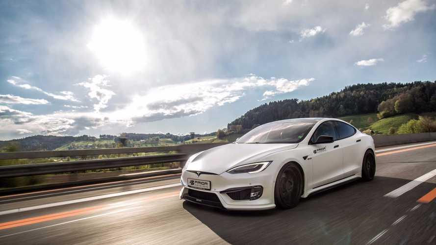 Hareket halindeki bir Tesla Model S, alev topuna dönüşüyor