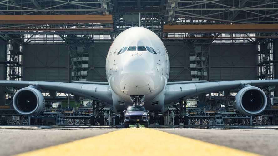 Un Porsche Cayenne remolca un Airbus A380