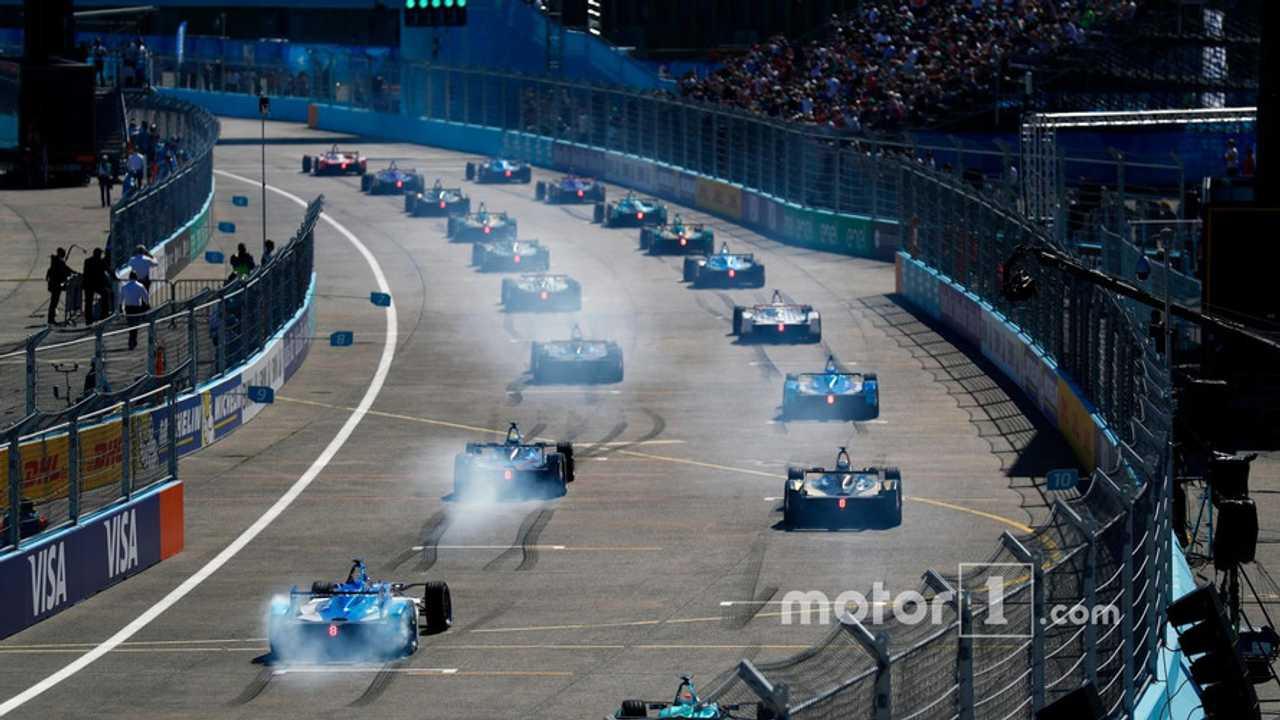 The cars take the start of the Formula E race