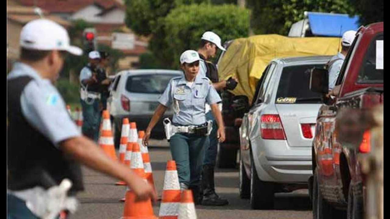 Multas de trânsito vão ficar mais caras; uso de celular vira infração gravíssima