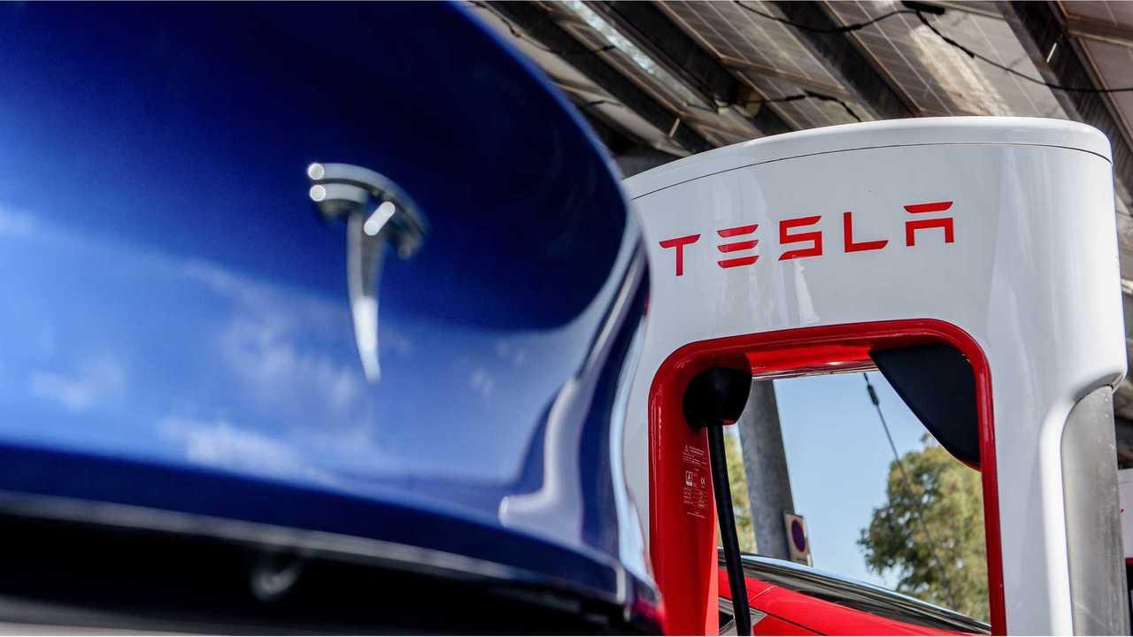 Una Tesla Model Y in ricarica