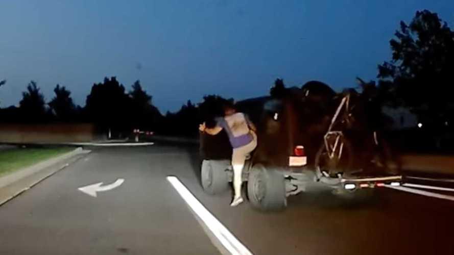 Karavandan ayrılan Jeep Wrangler son anda kurtarıldı