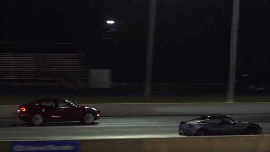 Tesla Model 3'ün eski Tesla Roadster ile yarışını izleyin