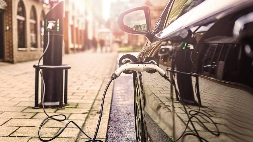 Incentivi auto, 6.000 euro per elettriche, ibride e a metano