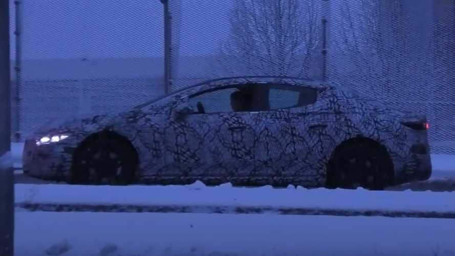 Mercedes EQE trafik ışıklarında yakalandı