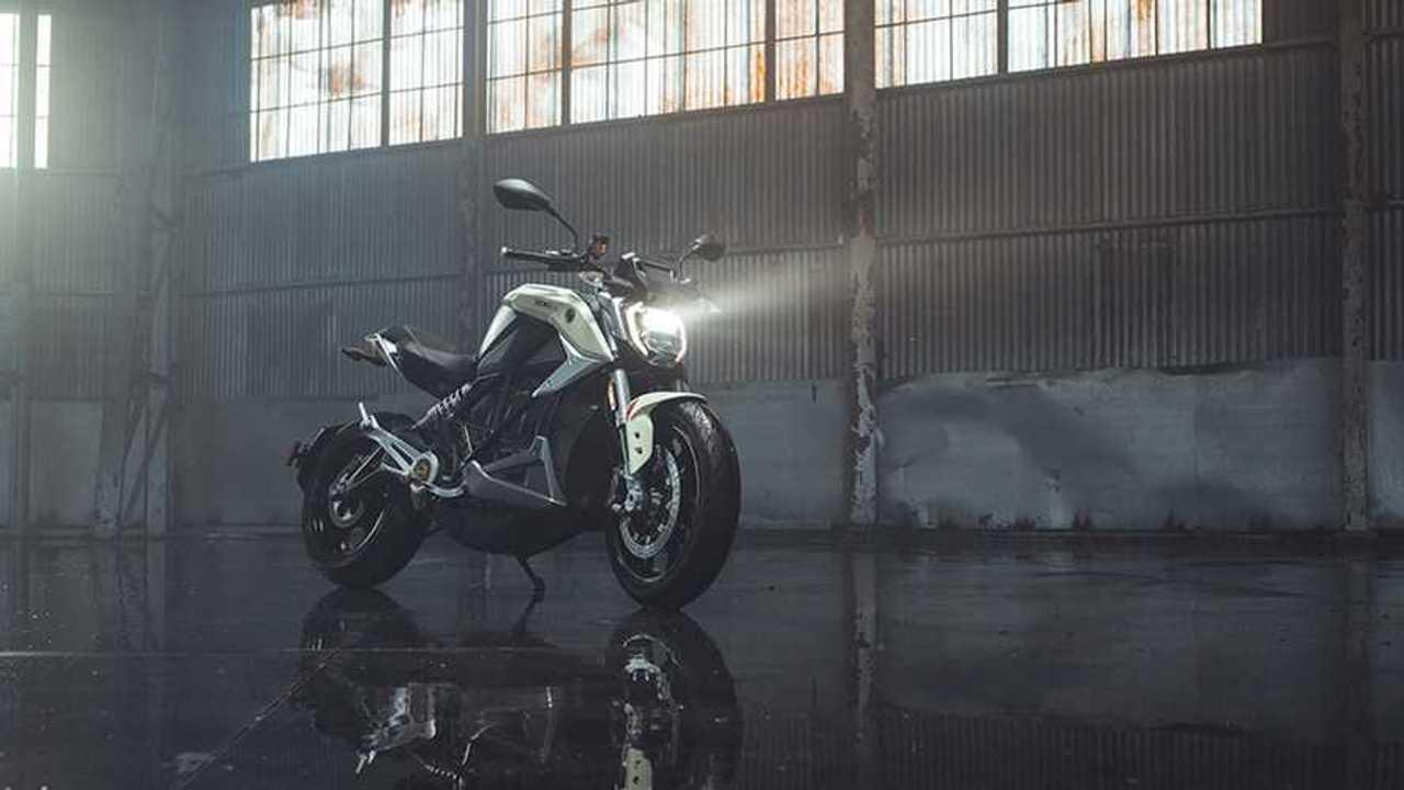 Sepeda motor listrik dengan lampu LED