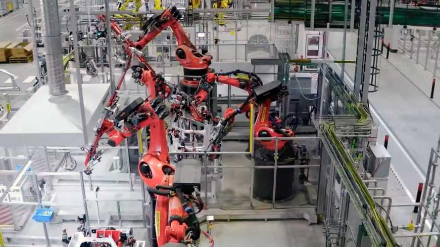 Tesla показала свой китайский завод изнутри (там полно роботов!)