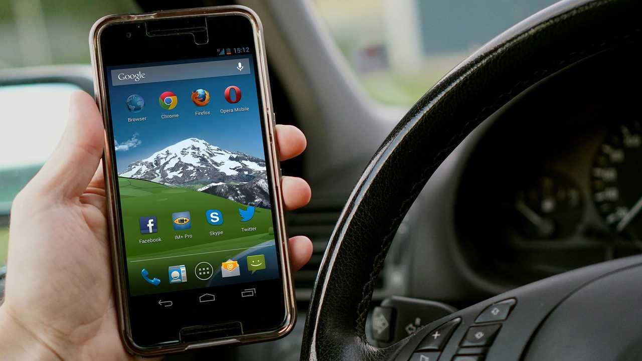 Regole meno severe per chi guida con il cellulare