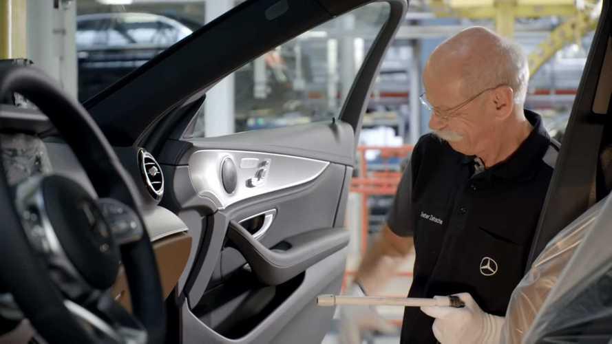 Humoros videóval búcsúzik a BMW a nyugdíjba vonuló Mercedes-vezértől