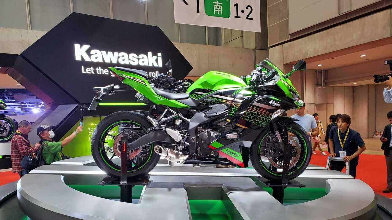 2020 Kawasaki Ninja ZX-25R - Cropped