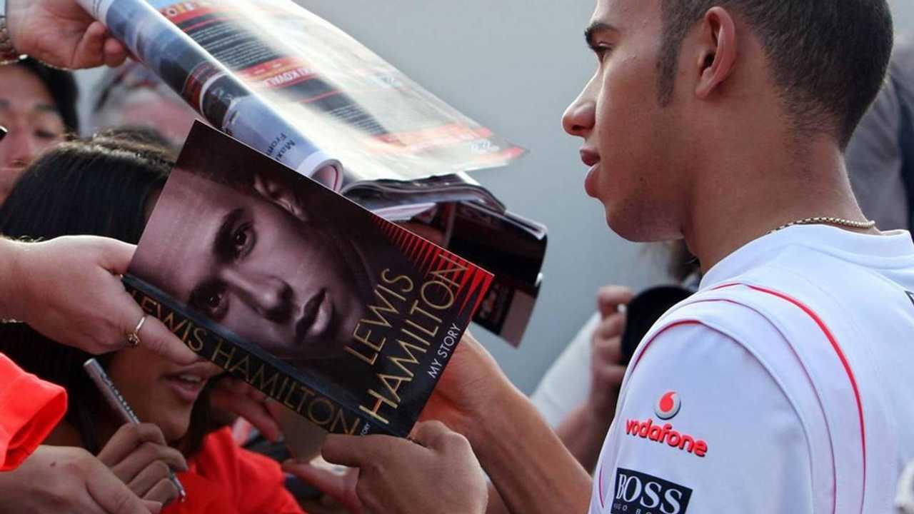 Lewis Hamilton (GBR), McLaren Mercedes, signs autographs - Formula 1 World Championship, Rd 1, Australian Grand Prix, Saturday, 15.03.2008 Melbourne, Australia