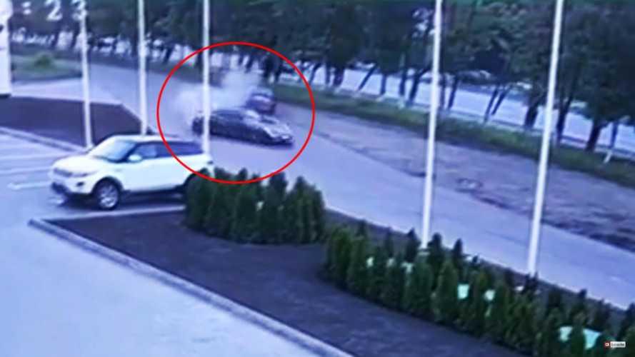 VIDÉO - Il crashe la Porsche 911 du concessionnaire